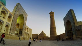 Bukhara, Uzbekistan - 20 september 2015:Monumental gates of the Poi Kalon Mosque and Minaret in Bukhara, Uzbekistan. stock footage