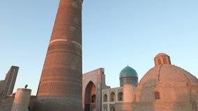 Bukhara, Uzbekistan - 20 september 2015: monumental gates of the Poi Kalon Mosque and Minaret in Bukhara, Uzbekistan stock footage