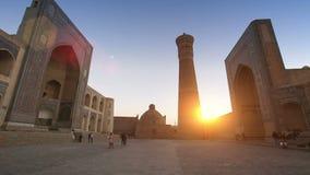 Bukhara, Uzbekistan - 20 september 2015:Monumental gates of the Poi Kalon Mosque and Minaret in Bukhara, Uzbekistan stock video footage