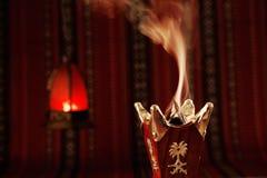 Bukhoor bränns vanligt i en mabkhara i många arabiska länder Arkivbild