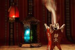 Bukhoor est habituellement brûlé dans un mabkhara dans beaucoup de pays arabes images stock