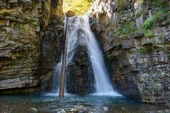 Bukhtivetskyi vattenfall i Bukove på den Bukhtovets floden Ivano Arkivbild
