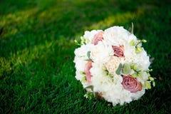 Bukietów kwiaty kochają dnia valentine małżeństwa tła dekoraci pojęcia drewnianej zielonej trawy Zdjęcie Stock