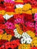 bukietów różnego kwiatu targowa ulica Wiązki bukiety barwione róże dla sprzedaży fotografia royalty free