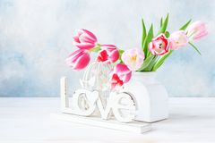 Bukiet świezi różowi tulipany w wazie na nieba błękita tle Pojęcie dla walentynka dnia, poślubia, zobowiązanie, matka dzień, Mar obraz stock