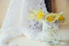 Bukiet śnieżyczki na szarość kamienia tle z kopii przestrzenią dla wiadomości pierwszy wiosenny kwiat karciany dzień powitania s  Zdjęcia Royalty Free