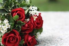 bukiet świętowania dnia kwiaty trochę czerwone róże Zdjęcia Royalty Free