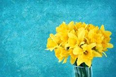 Bukiet świeży wiosna narcyz w wazie na jaskrawym błękitnym tle Zdjęcie Stock