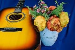 Bukiet żółci tulipany i gitara na błękitnym tle Obrazy Royalty Free