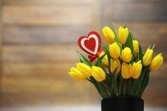 Bukiet żółci tulipany w wazie na podłoga Prezent w Fotografia Royalty Free