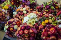 Bukiet barwioni kwiaty w rynku Fotografia Stock