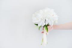 Bukiet biali kwiaty przy ścianą Fotografia Royalty Free