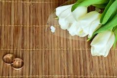 Bukiet biali tulipany i dwa pierścionku zdjęcia royalty free