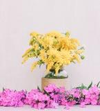 Bukiet chryzantemy, goldenrod i stokrotki w wazie wśród floksa na różowym tle kwiatów, Fotografia Royalty Free