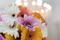 Bukiet chryzantemy i pierścionki kłama na marmurze Fotografia Royalty Free