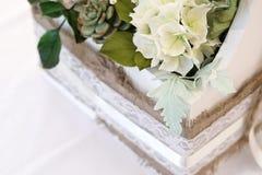 Bukiet cukier kwitnie w drewnianym białym pudełku Zdjęcie Royalty Free