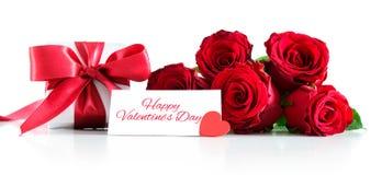 Bukiet czerwone róże i prezenta pudełko odizolowywający na białym tle obraz royalty free
