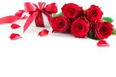 Bukiet czerwone róże i prezenta pudełko odizolowywający na bielu fotografia stock