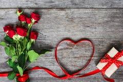 Bukiet czerwone róże i serce kształtowaliśmy czerwonego faborek Zdjęcie Royalty Free