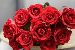 bukiet czerwone róże kłama na talerzu Fotografia Stock