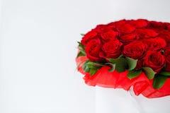 Bukiet czerwony rosesbouquet czerwone róże w białym pudełku na białym tle odizolowywającym fotografia stock