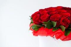 Bukiet czerwony rosesbouquet czerwone róże w białym pudełku na białym tle odizolowywającym zdjęcia stock