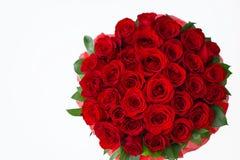 Bukiet czerwony rosesbouquet czerwone róże w białym pudełku na białym tle odizolowywającym zdjęcie royalty free