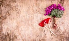 Bukiet czuli fiołki i lizaki lizak w kształcie serca obraz royalty free