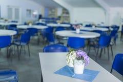 Bukiet Delikatni kwiaty Umieszczający na stole Indoors Zdjęcie Stock