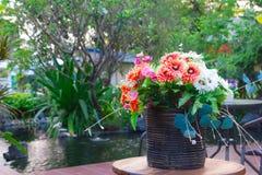 Bukiet jaskrawi wildflowers w flowerpot Obrazy Stock