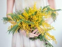 Bukiet jaskrawy, kolorów żółtych kwiaty zdjęcie stock