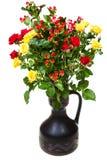 Bukiet kolor żółty, czerwone róże i hypericum, kwitnie Zdjęcie Royalty Free