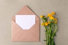 Bukiet koloru żółtego puste miejsce na pastelowym tle i kwiaty, piękny śniadanie, rocznik romantyczna karta, odgórny widok, miesz Fotografia Royalty Free