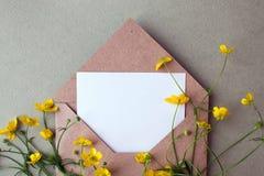 Bukiet koloru żółtego puste miejsce na pastelowym tle i kwiaty, piękny śniadanie, rocznik romantyczna karta, odgórny widok, miesz Fotografia Stock