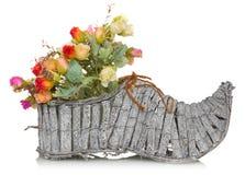 Bukiet kwiat w drewnianym bucie na białym tle zdjęcie stock