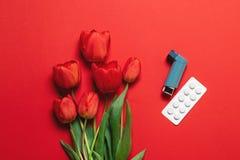 Bukiet kwiaty i astmy ki?? z kopii przestrzeni? Problemy zdrowotni zdjęcie royalty free