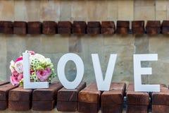 Bukiet kwiaty i wpisowa miłość Zdjęcie Royalty Free