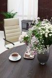 Bukiet kwiaty na biurku zdjęcie royalty free