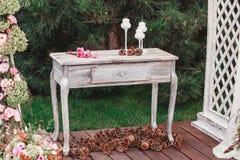 Bukiet kwiaty na rocznika stole, Ślubna dekoracja, ręcznie robiony Obraz Stock