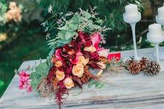 Bukiet kwiaty na rocznika stole, Ślubna dekoracja, ręcznie robiony Obrazy Royalty Free
