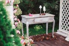 Bukiet kwiaty na rocznika stole, Ślubna dekoracja Zdjęcie Stock