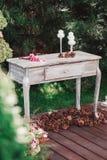 Bukiet kwiaty na rocznika stole, Ślubna dekoracja Obrazy Stock