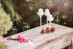 Bukiet kwiaty na rocznika stole, Ślubna dekoracja Obrazy Royalty Free