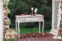 Bukiet kwiaty na rocznika stole, Ślubna dekoracja, Zdjęcie Stock