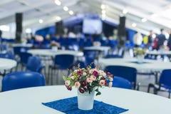 Bukiet kwiaty na stole Przeciw Zamazanemu tłu Tworzył wi Zdjęcia Stock
