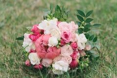 Bukiet kwiaty Panny młodej ` s bukiet bukieta ręki panny młodej fornala ręki Florystyki Zdjęcie Stock