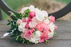 Bukiet kwiaty Panny młodej ` s bukiet bukieta ręki panny młodej fornala ręki Florystyki Zdjęcia Stock