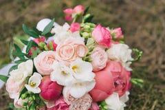 Bukiet kwiaty Panny młodej ` s bukiet bukieta ręki panny młodej fornala ręki Florystyki bystre pierścienie się tło białe Zdjęcie Royalty Free
