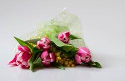 Bukiet kwiaty: tulipany i mimozy w tsellofannovy skorupie obrazy stock