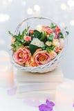 Bukiet kwiaty w koszu, Ślubna dekoracja, ręcznie robiony Obraz Royalty Free